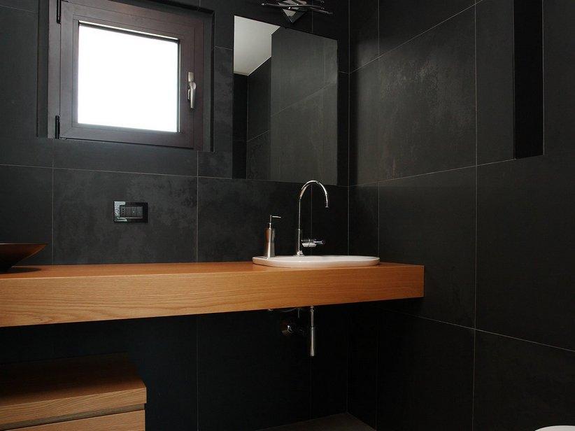 Fabulous bagno con pavimento nero in ardesia naturale nero - Piastrelle in ardesia ...