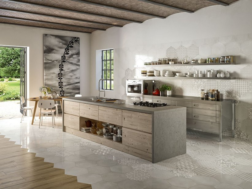 Rivestimento cucina esagonale stile maiolica oltremare for Piastrelle maiolica cucina